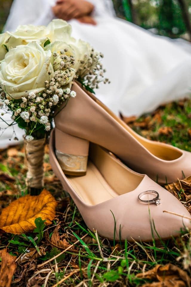 Schuh mit Verlobungsring
